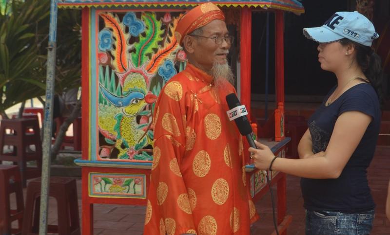Ông Nguyễn Cậu, trưởng làng An Vĩnh đang kể chuyện về những hùng binh năm xưa.
