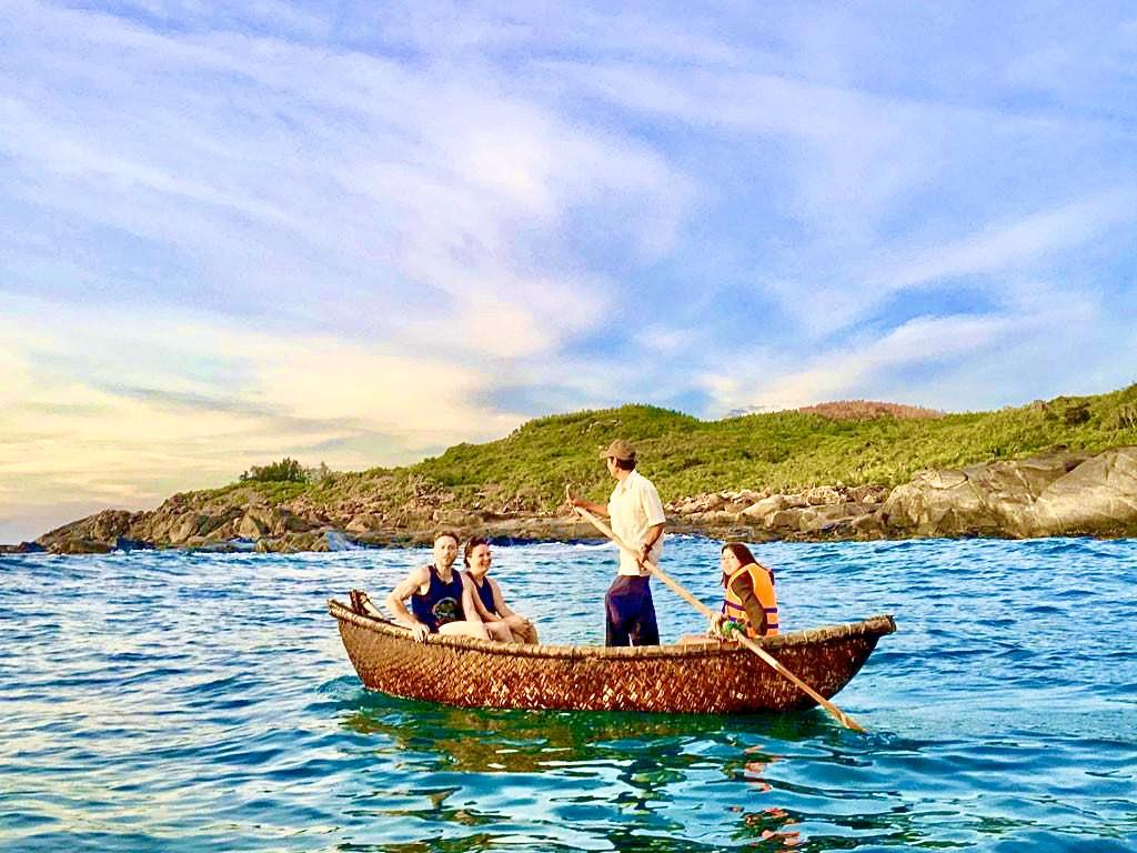 Chèo thuyền đưa du khách ra biển ngắm bờ