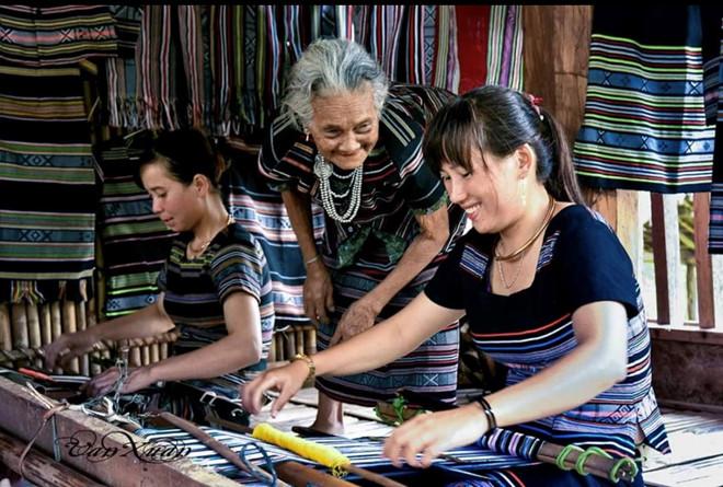 Truyền nghề dệt thổ cẩm ở làng Teng.