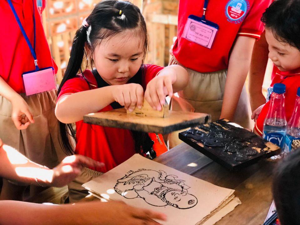 Các bạn học sinh tham gia các hoạt động trải nghiệm tại Thành Cổ